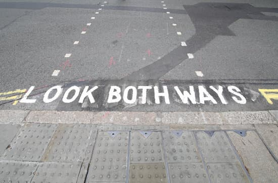 tips for tourists in London: Look both ways sign pedestrian crossing London UK